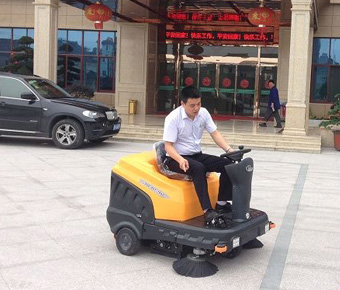 Ming-chuang C120 sweeper service food company in front of the square workshop warehouse