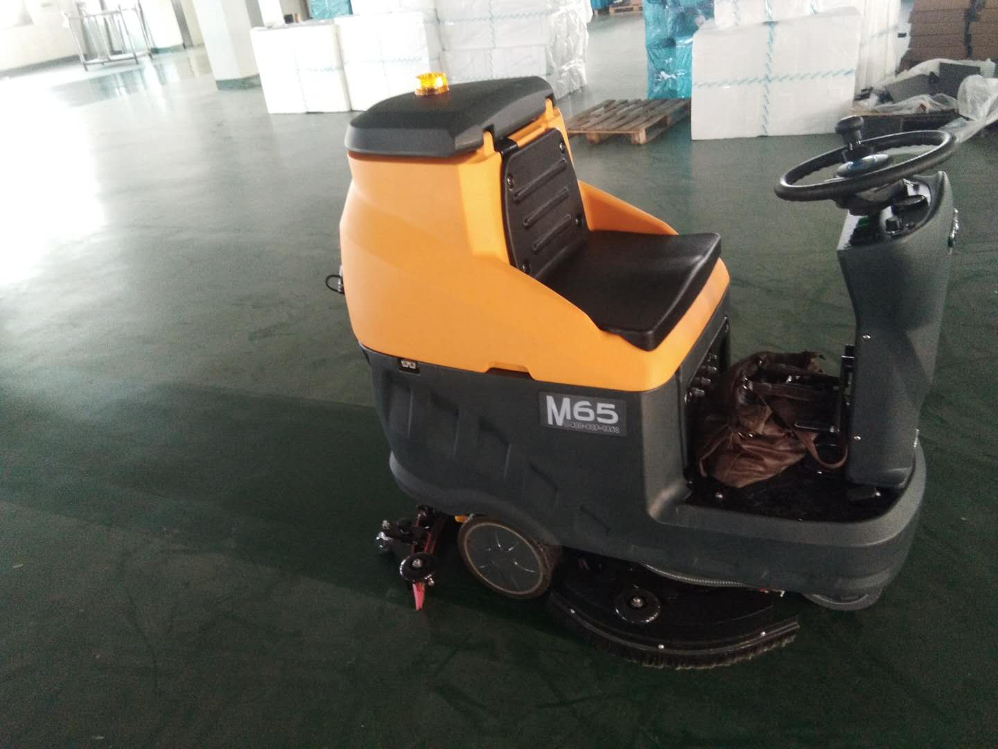 Mingchuang M65 electric driving type floor washer serves the factory warehouse