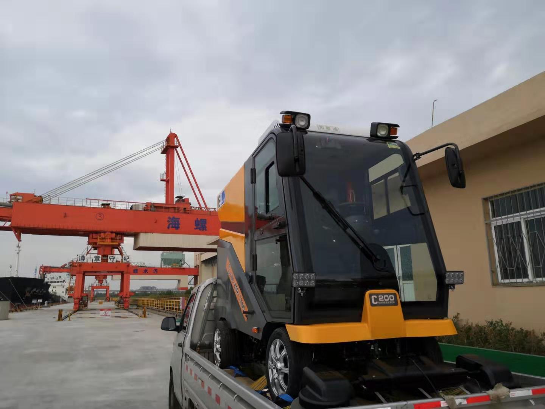 铭创C200万博体育app最新版本全封闭式道路清扫车服务于厂区码头